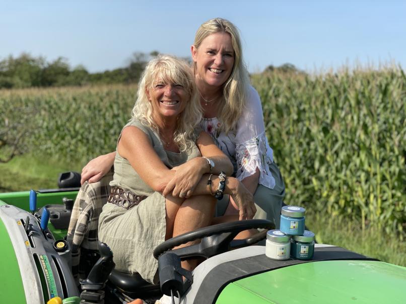 Heike und Dani auf Traktor